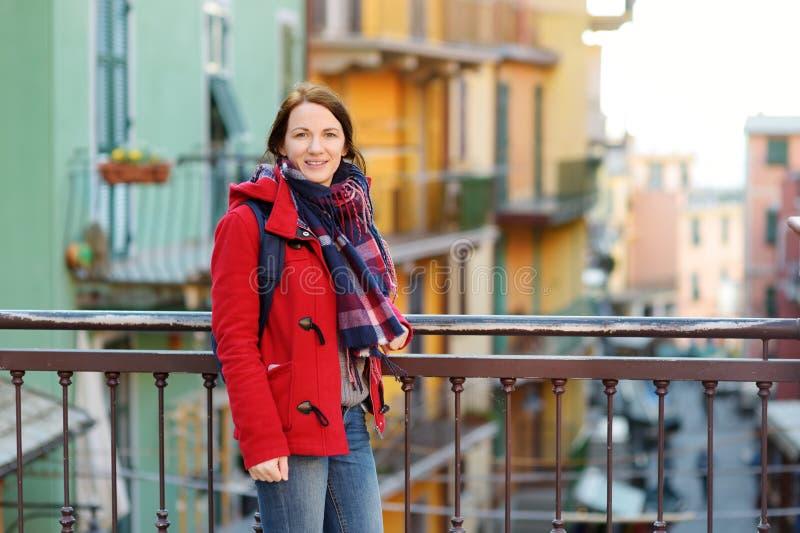 Jonge vrouwelijke toerist die van de mening van Manarola, ??n genieten van de vijf eeuw-oude dorpen van Cinque Terre, die op ruw  stock fotografie