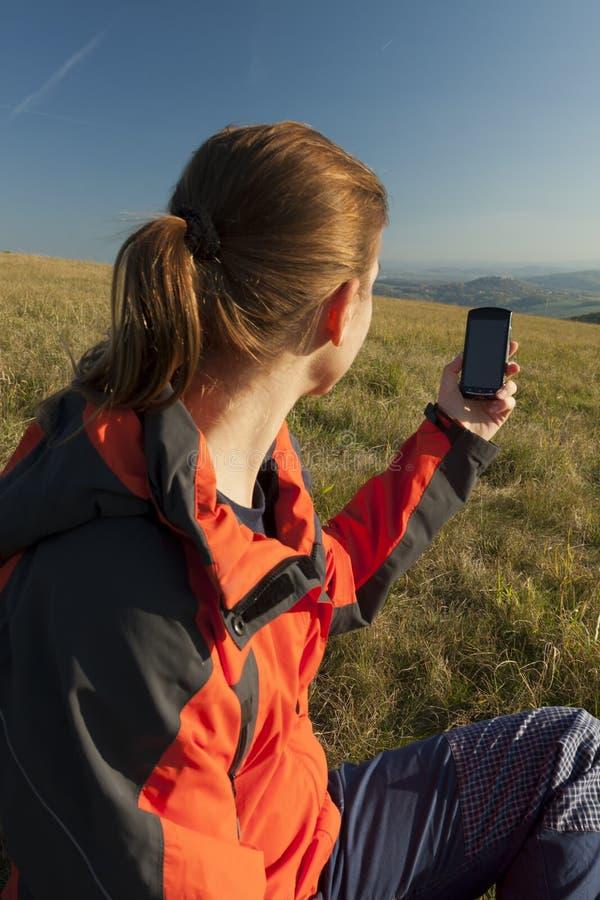 Jonge vrouwelijke toerist met in hand smartphone stock foto's