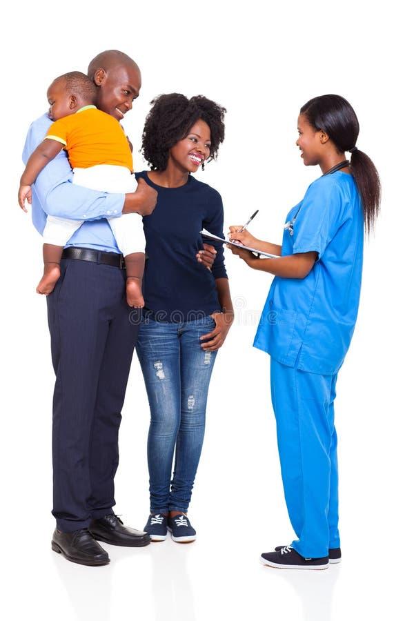 De Afrikaanse familie van de verpleegster stock afbeelding