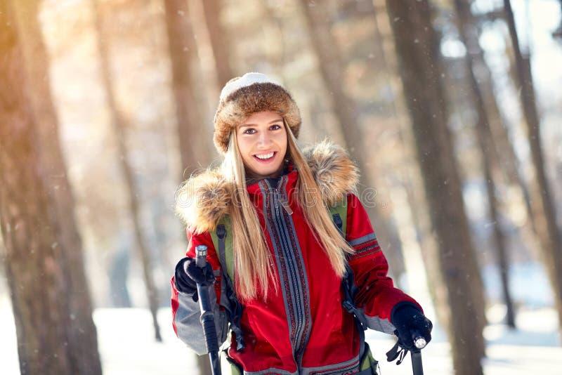 Jonge vrouwelijke wandelaar royalty-vrije stock afbeelding