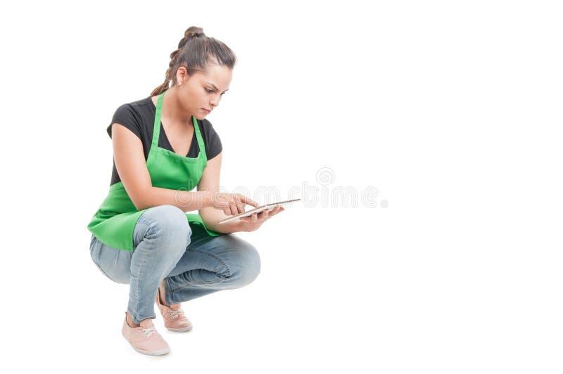 Jonge vrouwelijke werknemer die met digitale tablet werken stock afbeelding