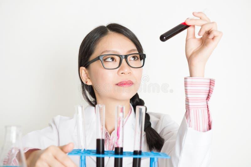 Jonge vrouwelijke wetenschapper royalty-vrije stock foto