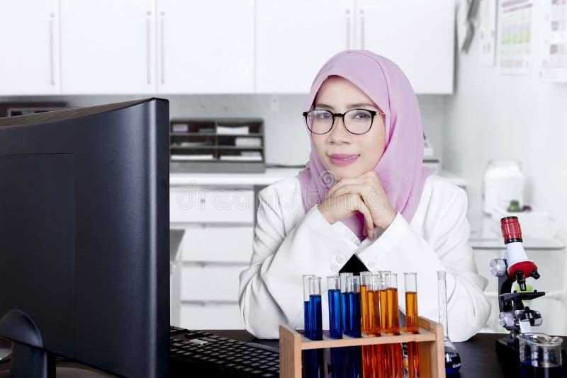 Jonge vrouwelijke wetenschapper die in het laboratorium glimlachen royalty-vrije stock fotografie
