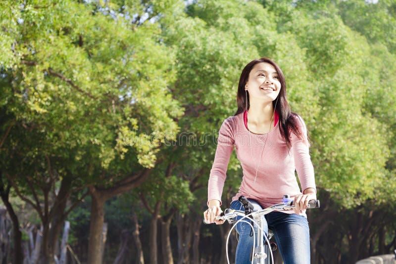 jonge vrouwen berijdende fiets in het park royalty-vrije stock afbeeldingen