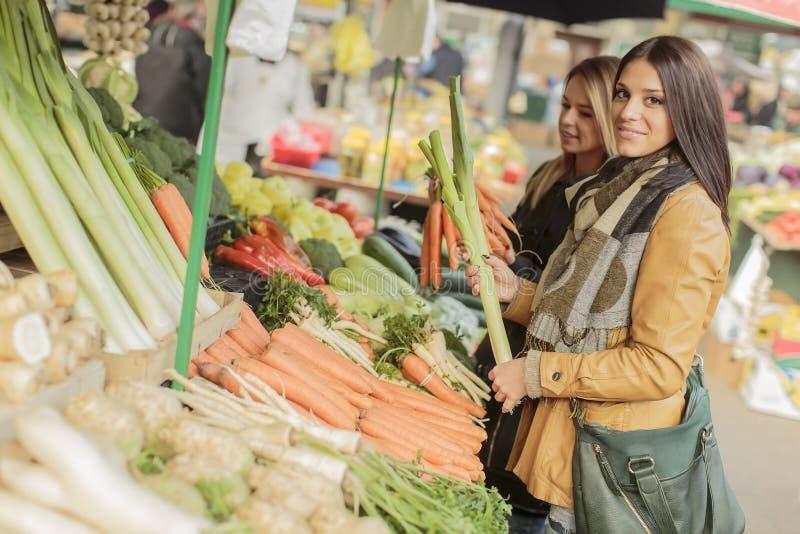 Jonge vrouwen bij de markt stock foto