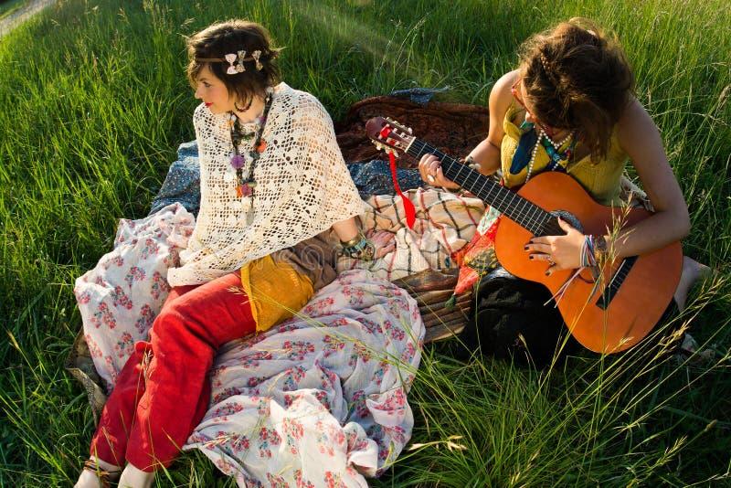 Jonge vrouwen bij festival royalty-vrije stock afbeeldingen