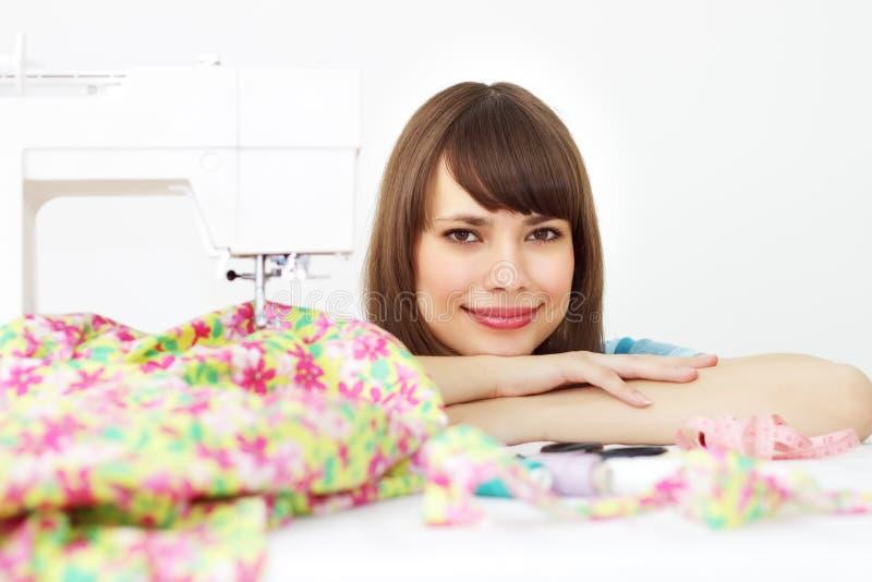 Jonge vrouwen dichtbij naaimachine royalty-vrije stock foto's