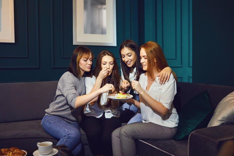 Jonge vrouwen die bij vrienden babbelen die thuis samenkomen royalty-vrije stock fotografie
