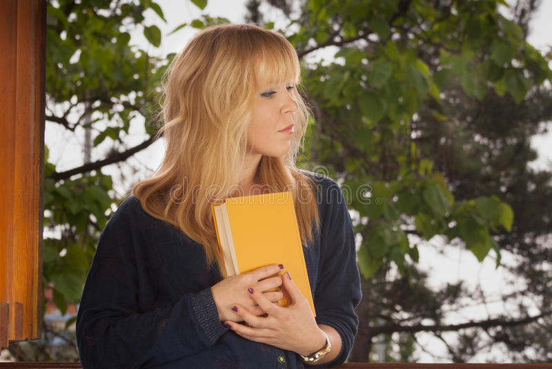 Jonge vrouwen die een boek houden stock fotografie
