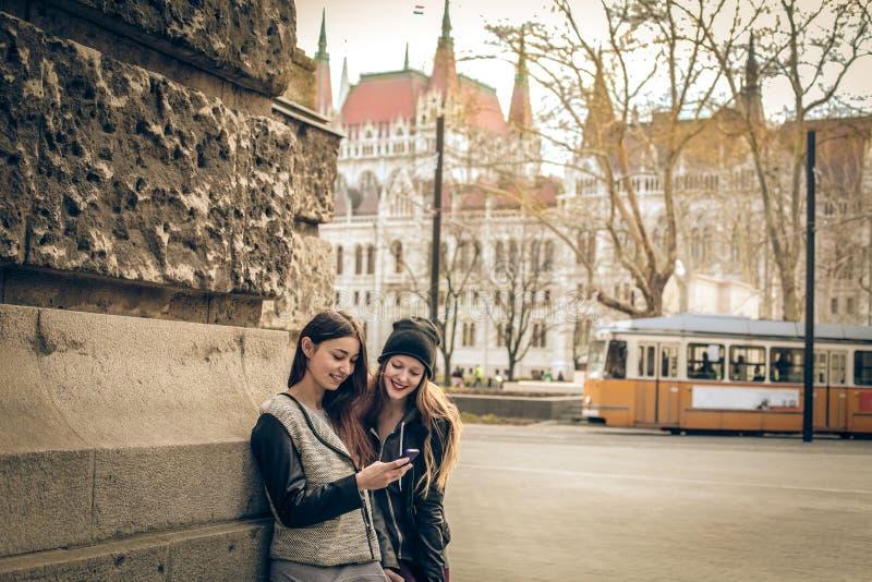 Jonge vrouwen die een mobiele telefoon bekijken royalty-vrije stock fotografie