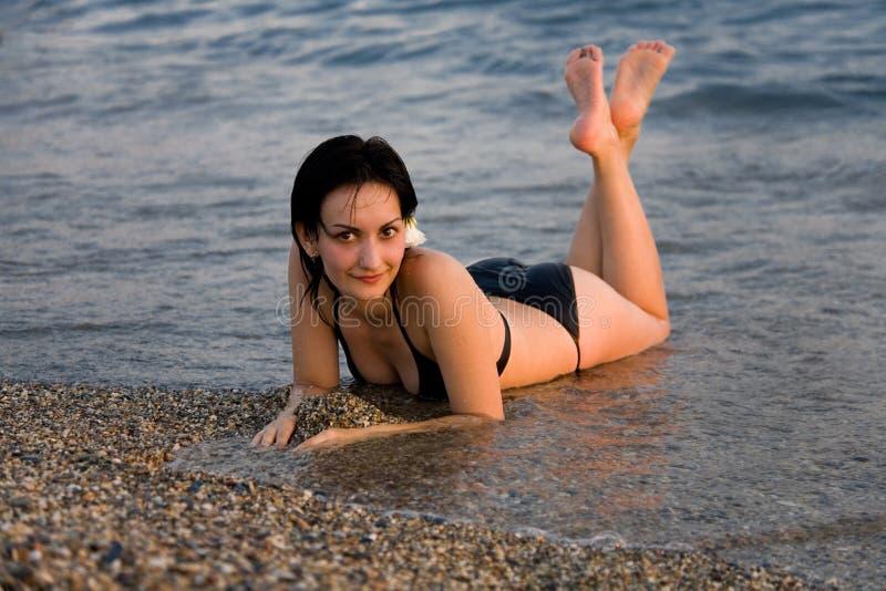 Jonge Vrouwen Die In Het Overzees Liggen Royalty-vrije Stock Foto