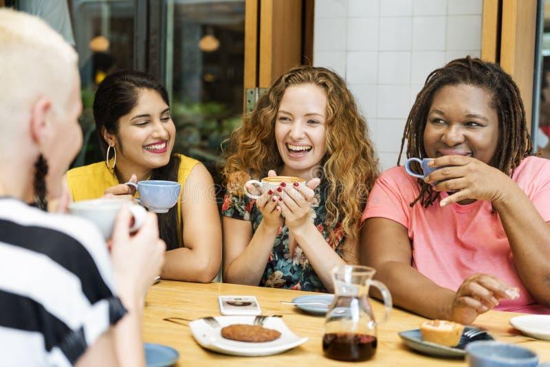 Jonge Vrouwen die Koffieconcept drinken stock afbeeldingen