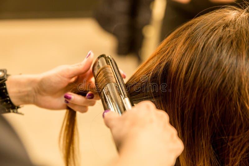 Jonge vrouwen die ouderwetse make-up doen, coulisse stock afbeelding