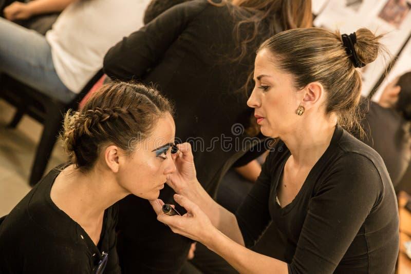 Jonge vrouwen die ouderwetse make-up doen, coulisse royalty-vrije stock foto