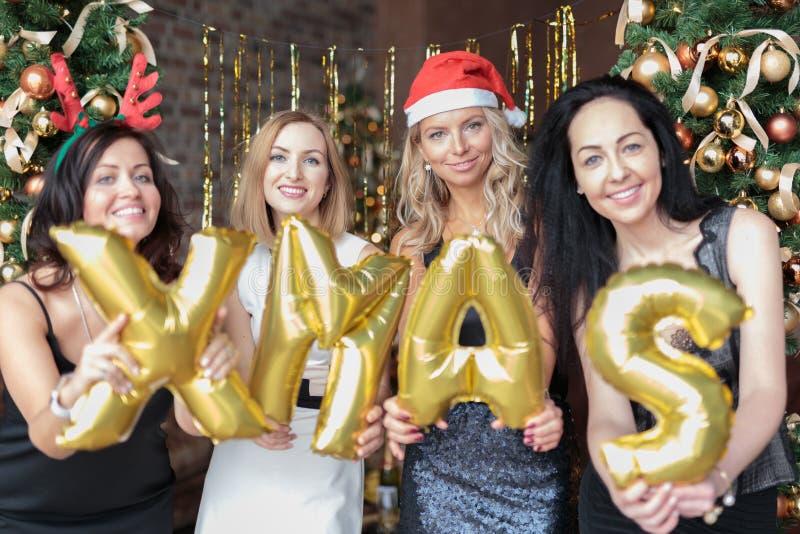 Jonge vrouwen die protesteren tegen juweeltjes van gouden heliumballonnen royalty-vrije stock foto's