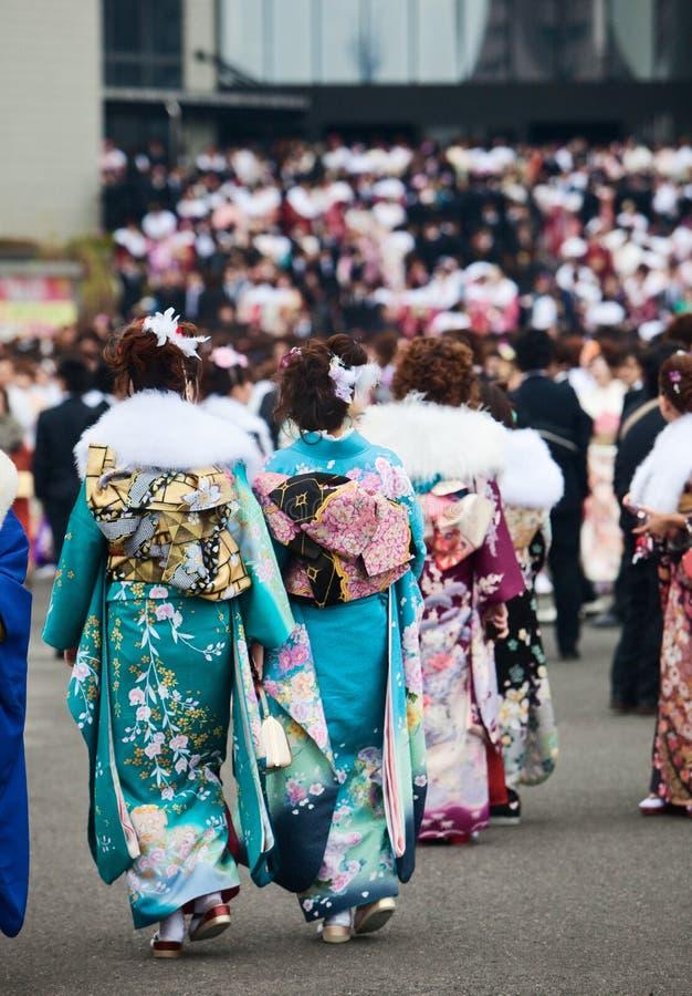 Jonge Vrouwen in kimono bij de Komst van de Dag van de Leeftijd stock afbeeldingen