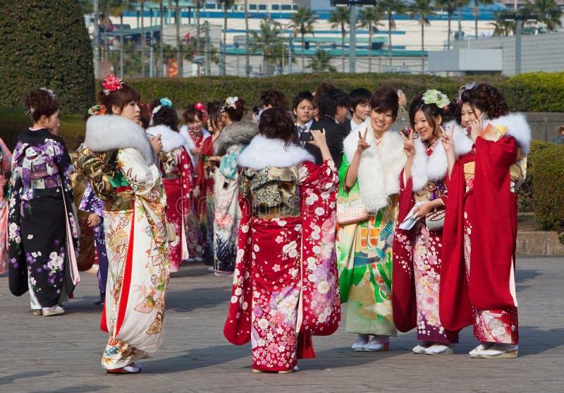 Jonge Vrouwen in kimono bij de Komst van de Dag van de Leeftijd stock foto's