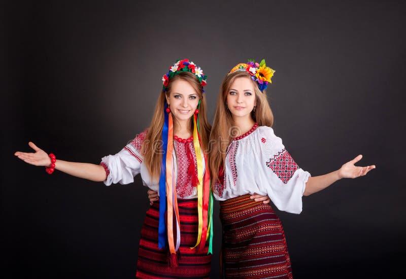 Jonge vrouwen in Oekraïense kleren royalty-vrije stock afbeelding