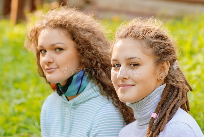 Jonge vrouwen op gebied in de zomer stock foto's