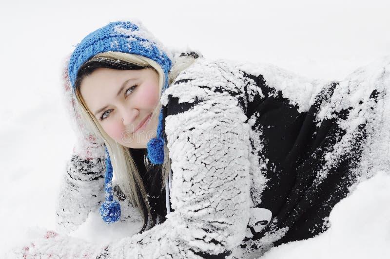 Jonge vrouwen op sneeuw stock afbeelding