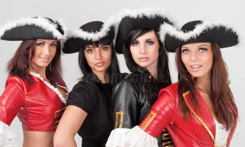 Jonge vrouwen in piraatkostuums stock foto