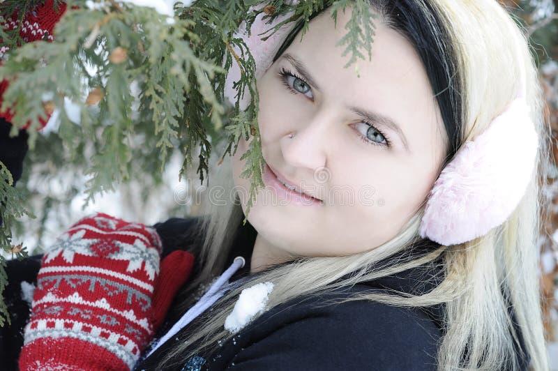 Jonge vrouwen in sneeuwbos royalty-vrije stock fotografie