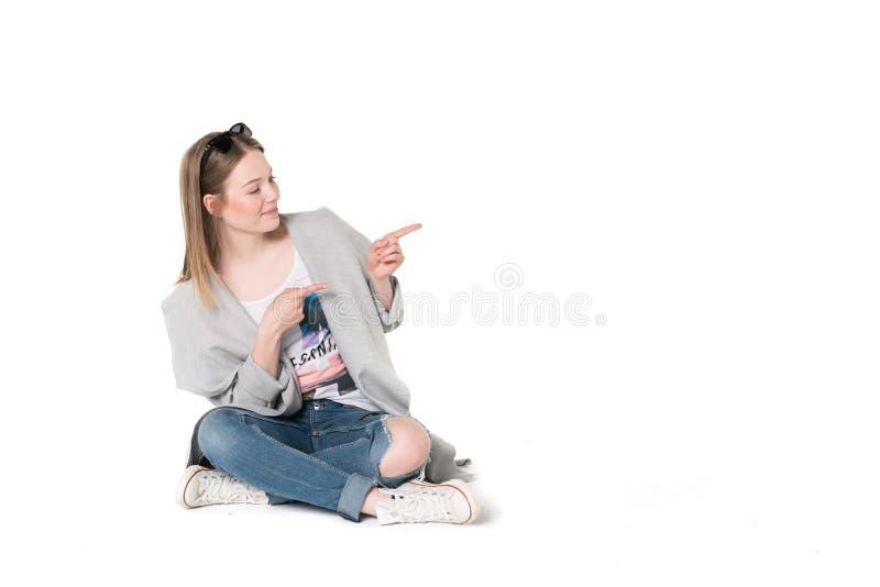 Jonge vrouwen in toevallige manierkleren stock afbeeldingen