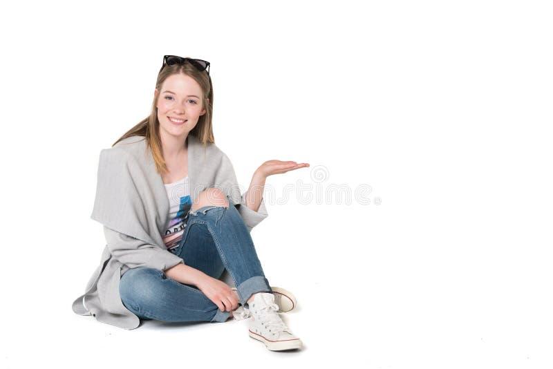 Jonge vrouwen in toevallige manierkleren stock foto