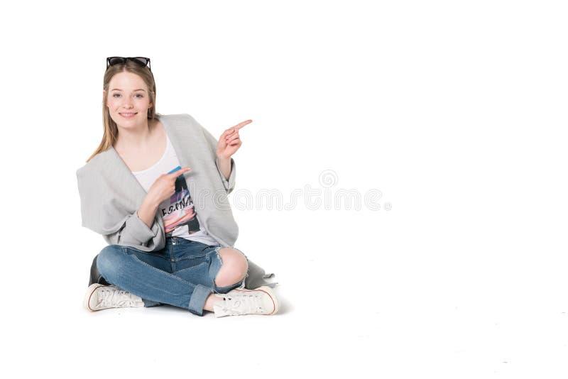 Jonge vrouwen in toevallige manierkleren stock afbeelding