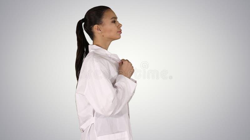Jonge vrouwenapotheker in het witte togalaag eenvormige lopen op gradiëntachtergrond royalty-vrije stock foto's