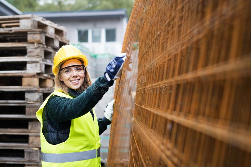 Jonge vrouwenarbeider op een industriezone stock afbeeldingen