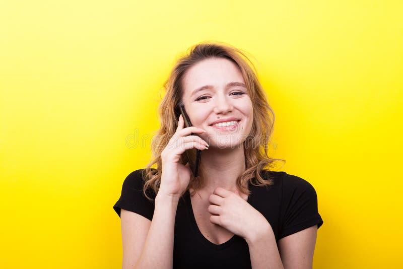 Jonge vrouwenbesprekingen op de telefoon royalty-vrije stock afbeelding