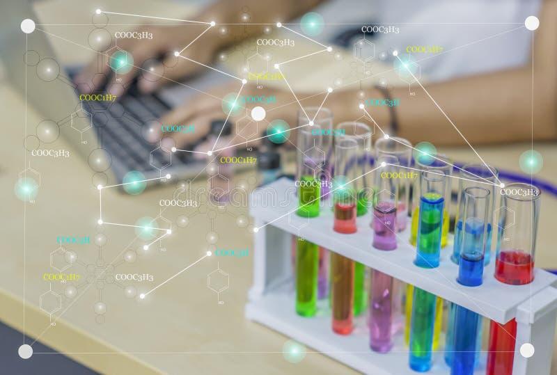 Jonge vrouwenchemicus, Onderzoek, testgegevens, het werk met vloeibare chemische producten kleurrijk in glazen buizen voor schoon royalty-vrije stock afbeeldingen