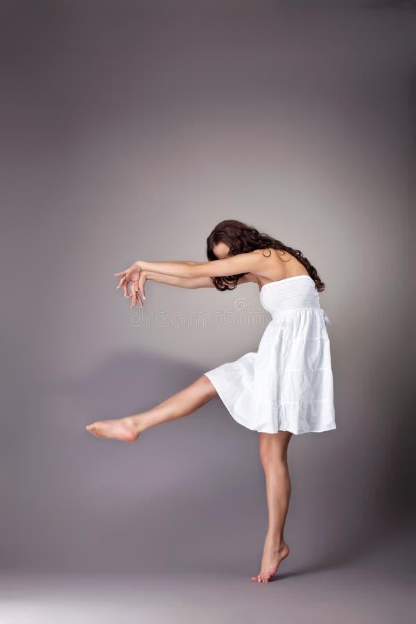 Jonge vrouwendans met schaduw royalty-vrije stock foto
