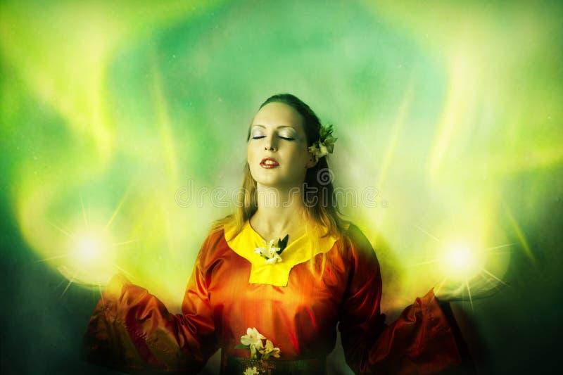 Jonge vrouwenelf of heks die magisch maken royalty-vrije stock afbeeldingen