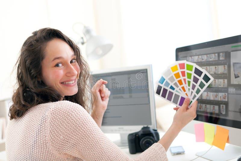 Jonge vrouwenfotograaf die kleur kiezen royalty-vrije stock foto's