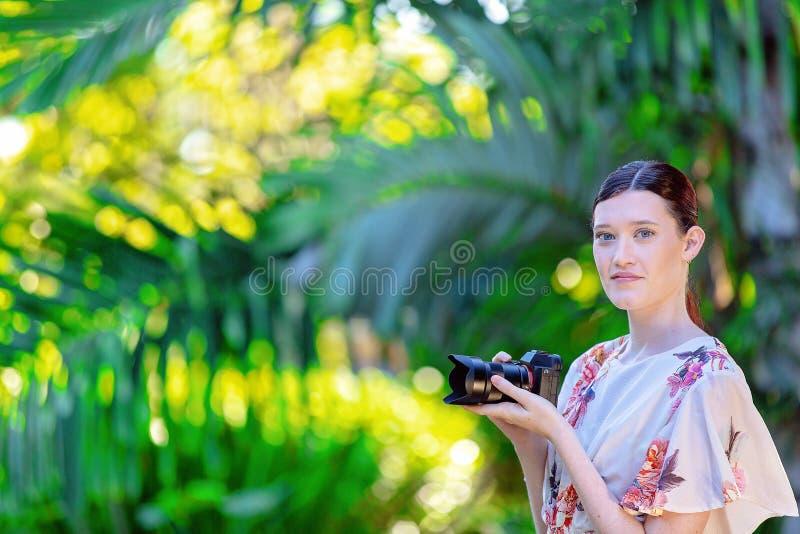 Jonge Vrouwenfotograaf Taking Photos In een Tuin stock foto