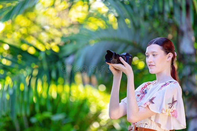 Jonge Vrouwenfotograaf Taking Photos In een Tuin royalty-vrije stock foto's