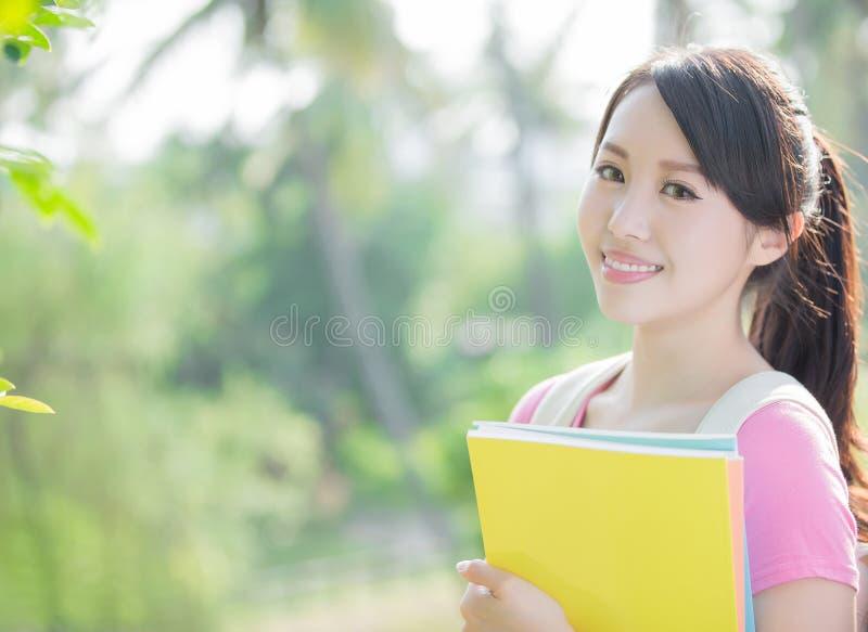 Jonge vrouwenglimlach aan u royalty-vrije stock fotografie