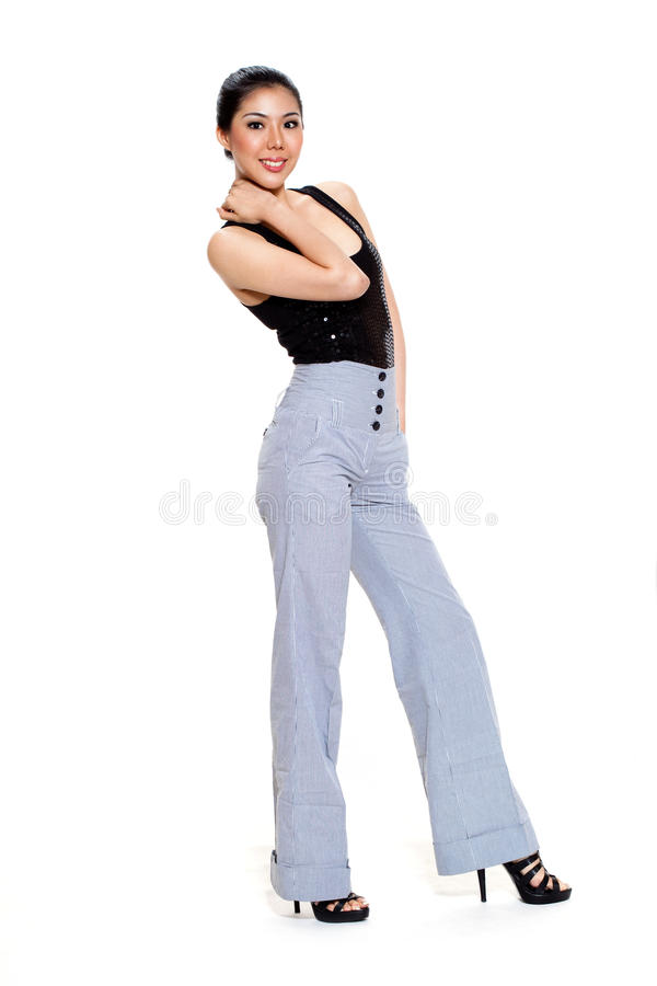 Jonge vrouwenglimlach in lange broek stock fotografie
