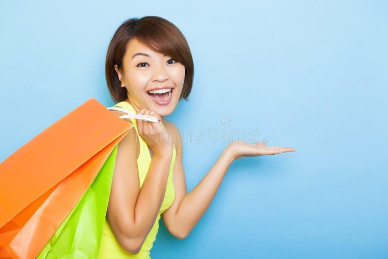 Jonge vrouwenholding het winkelen zakken stock afbeeldingen