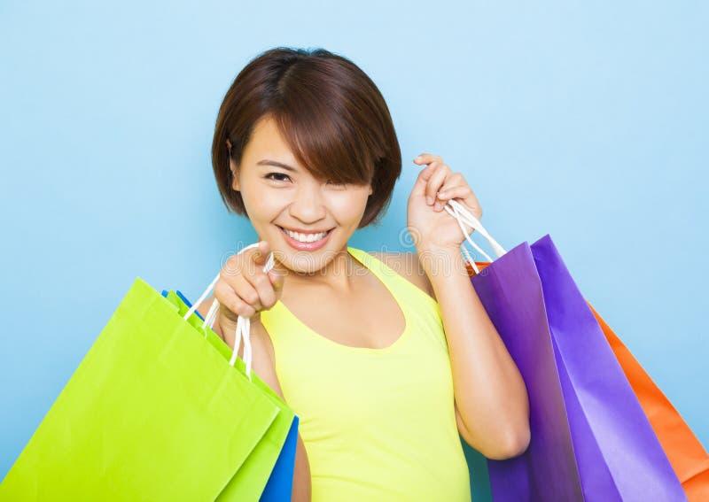 Jonge vrouwenholding het winkelen zakken royalty-vrije stock fotografie