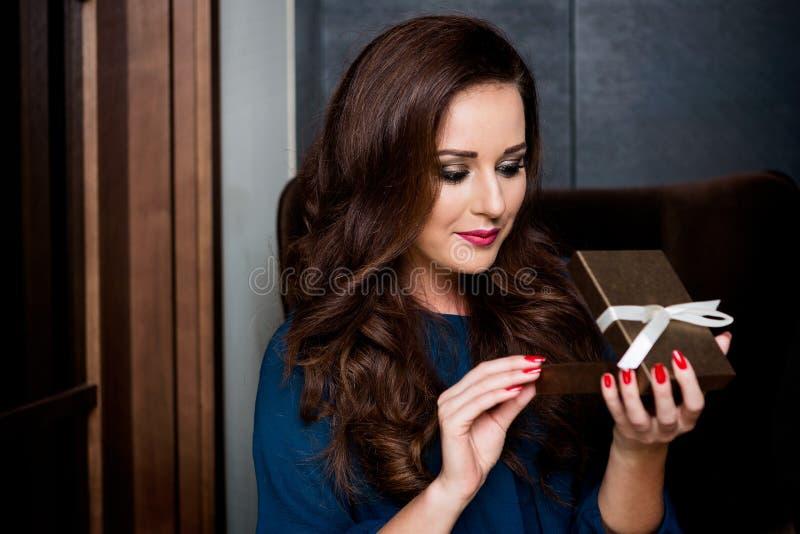 Jonge vrouwenholding met giftdoos stock fotografie