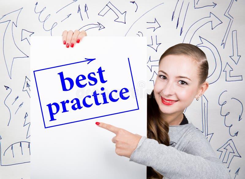 Jonge vrouwenholding whiteboard met het schrijven van woord: beste praktijken Technologie, Internet, zaken en marketing royalty-vrije stock foto