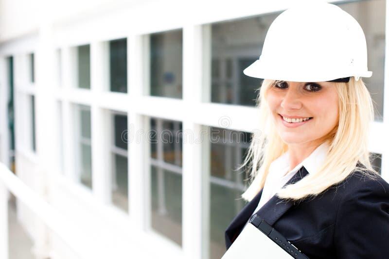 Jonge vrouweningenieur bij de baanplaats stock foto