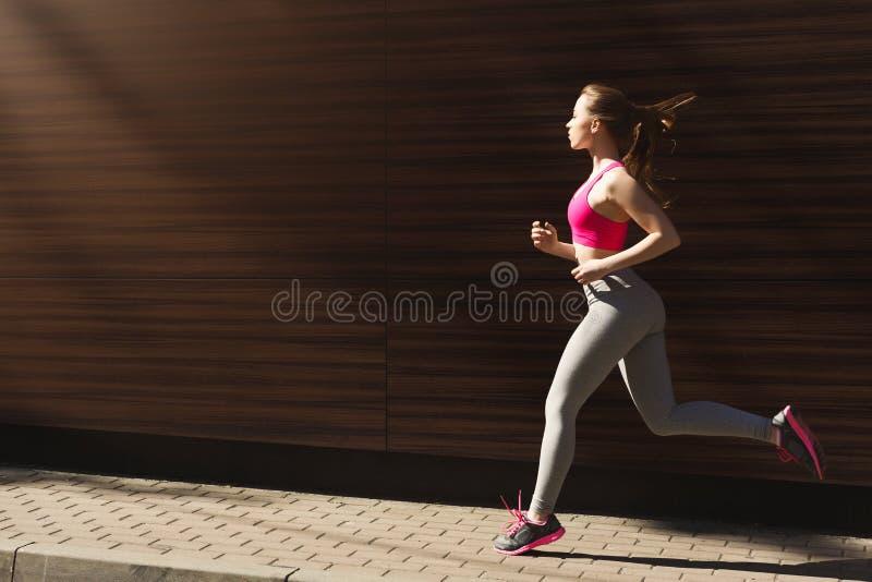 Download Jonge Vrouwenjogging In De Ruimte Van Het Stadsexemplaar Stock Afbeelding - Afbeelding bestaande uit persoon, wijfje: 114225655