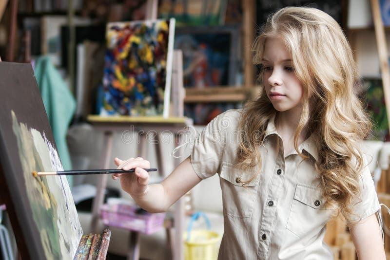 Jonge vrouwenkunstenaar die thuis creatief hulpmiddelenclose-up schilderen stock afbeelding