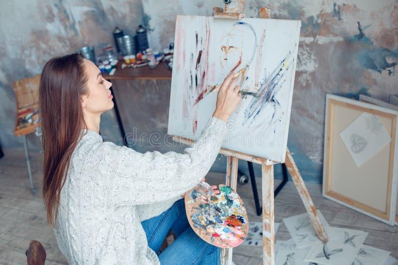 Jonge vrouwenkunstenaar die thuis creatief tekeningsportret schilderen royalty-vrije stock afbeeldingen