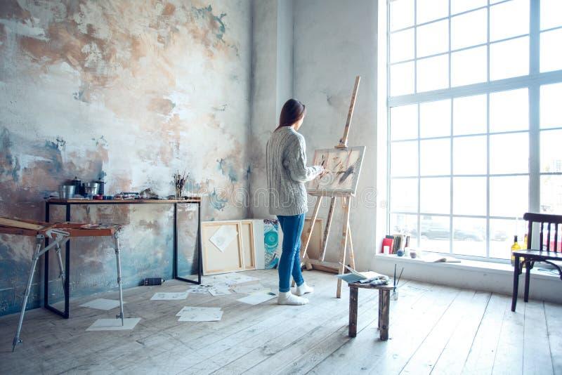 Jonge vrouwenkunstenaar die thuis creatieve bevindende tekening schilderen royalty-vrije stock foto's