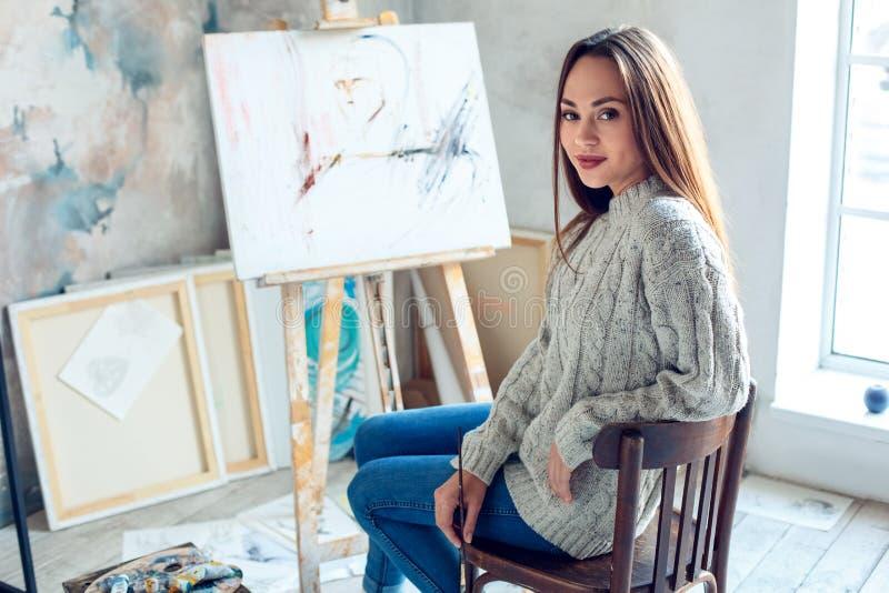 Jonge vrouwenkunstenaar die thuis creatieve klaar schilderen te creëren royalty-vrije stock afbeeldingen